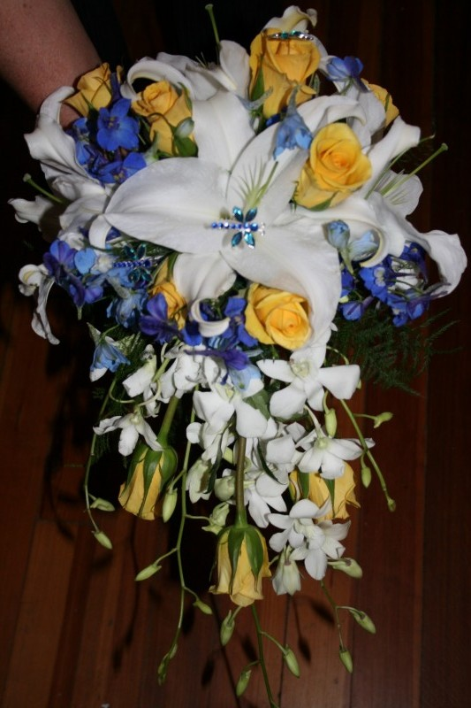 1295 WHITE ORENTIALS W/YELLOW ROSES & ORCHIDS