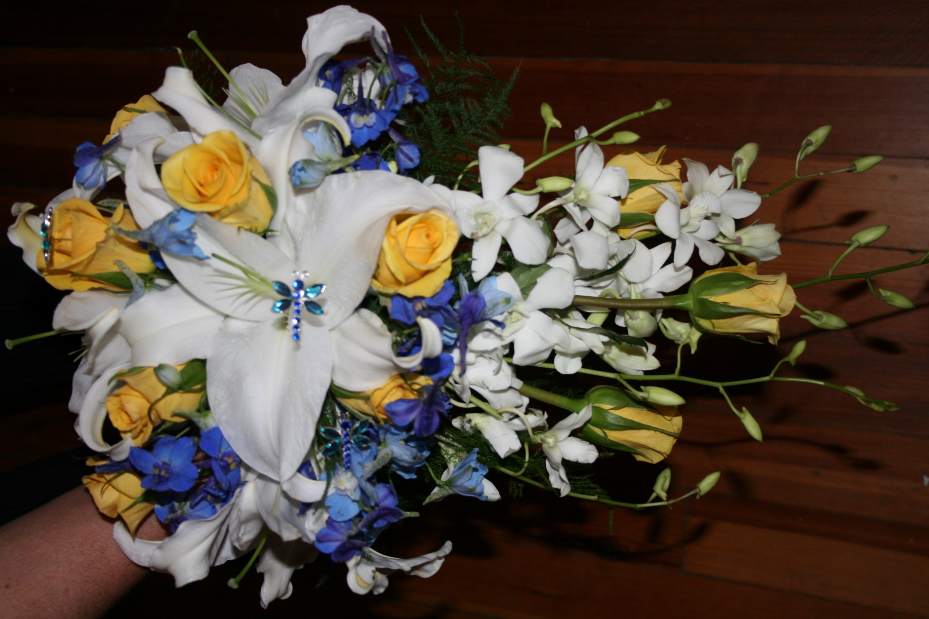 WHITE ORENTIALS W/YELLOW ROSES & ORCHIDS