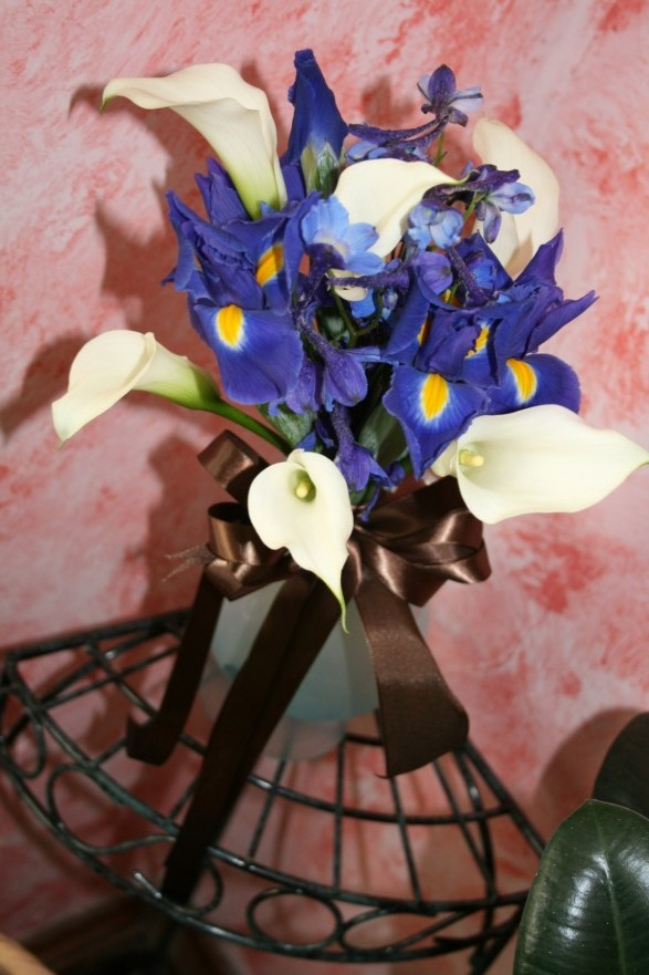 982 WHITE CALA/BLUE IRIS BOUQUET