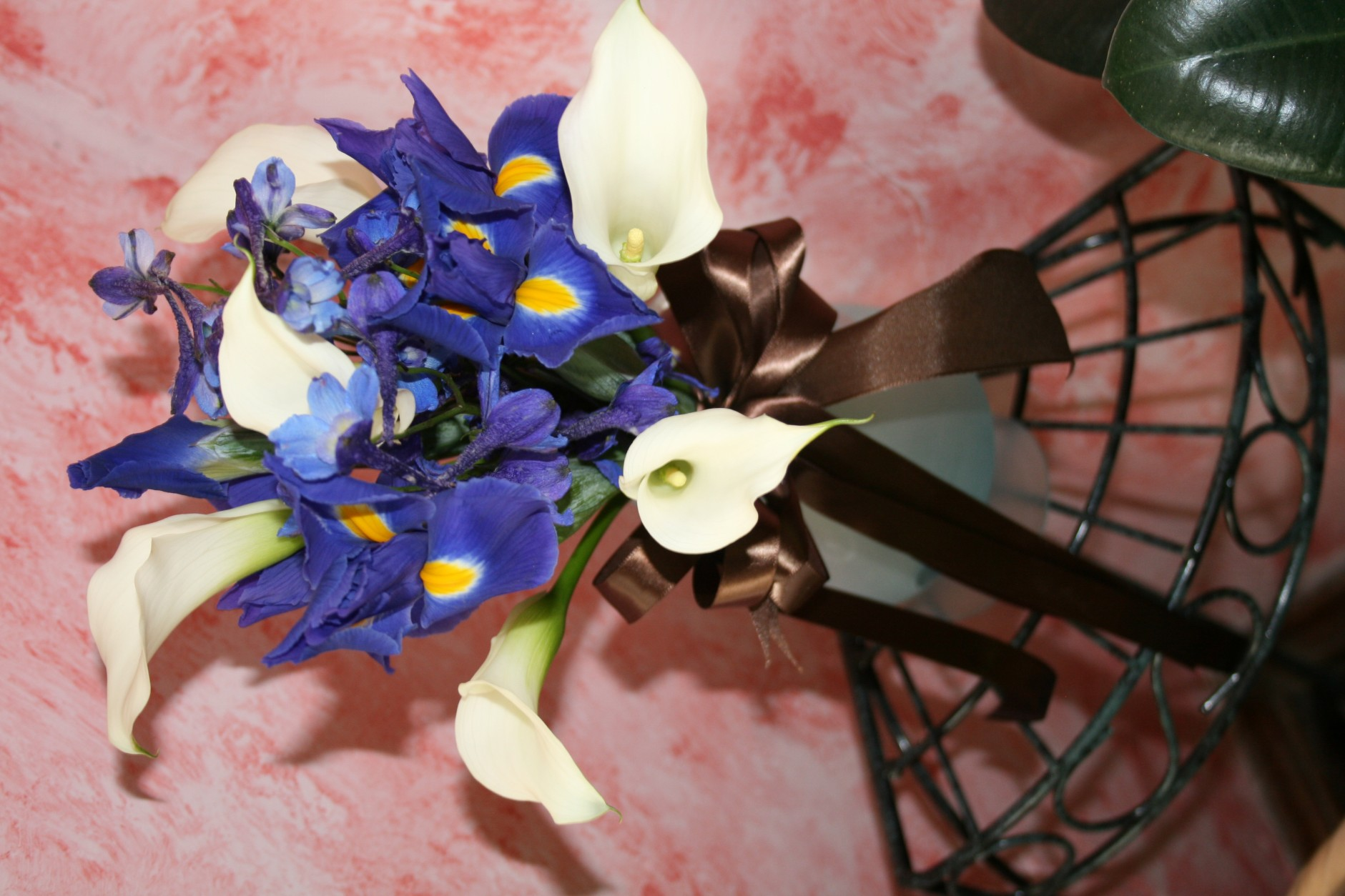982 WHITE CALA/BLUE IRIS BOUQUET
