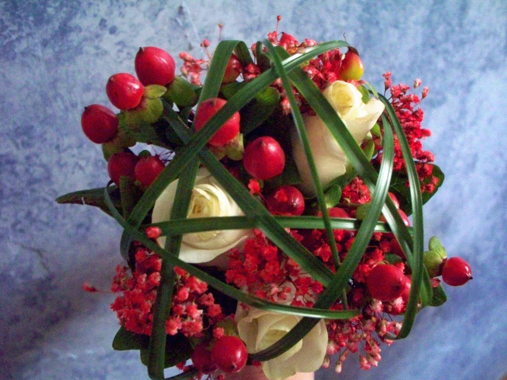 1614 RED HYPERICUM BERRY & WHITE ROSE BOUQUET